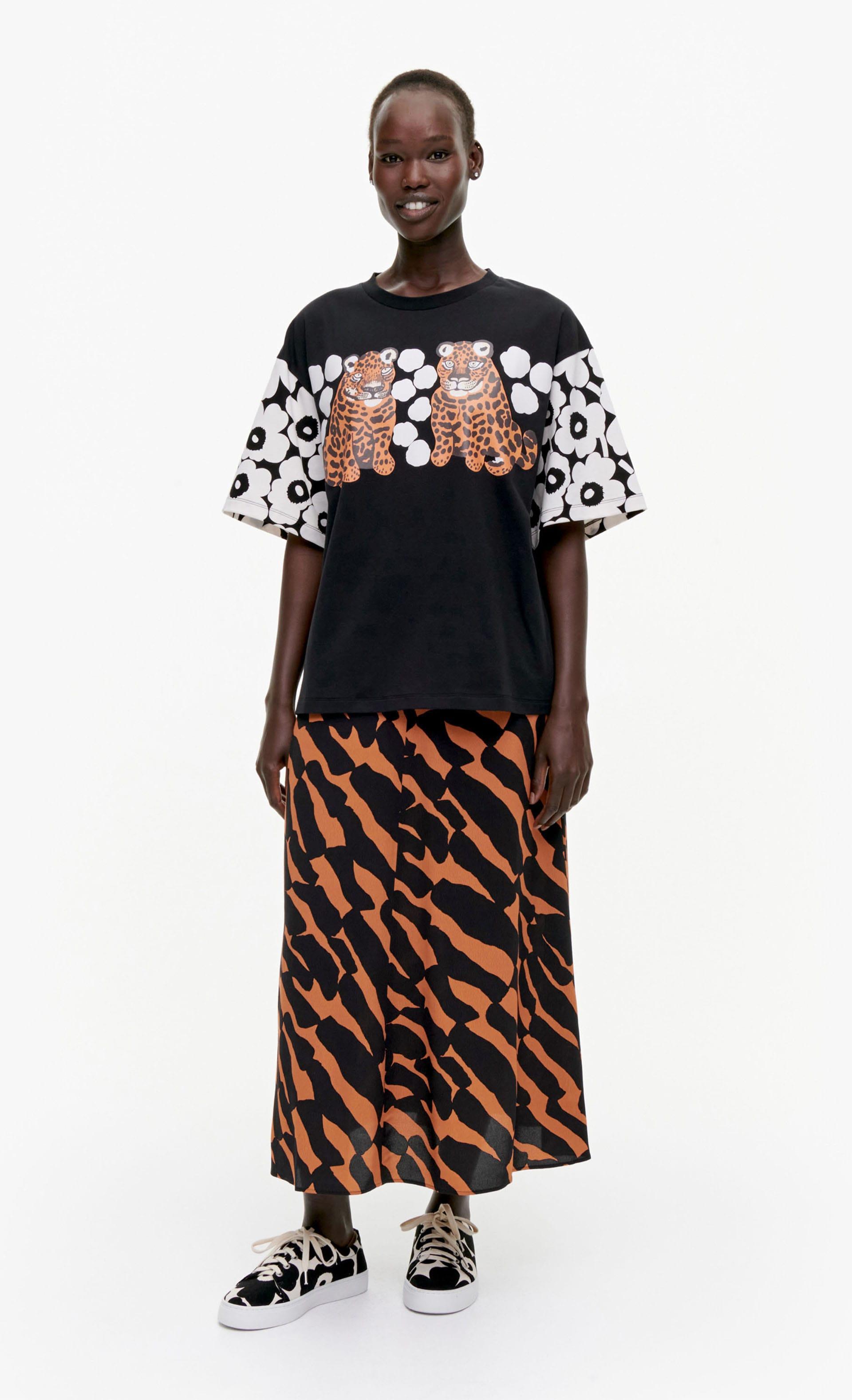 Karhunputki Kaksoset Placement Tシャツ